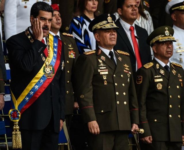 Tổng thống Venezuela Nicolas Maduro và các quan chức quân đội trên khán đài chiều 4/8, thời điểm xảy ra vụ ám sát hụt. (Ảnh: AFP)
