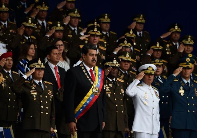 Tổng thống Maduro và các quan chức quân đội trong sự kiện truyền hình trực tiếp chiều 4/8. (Ảnh: AFP)