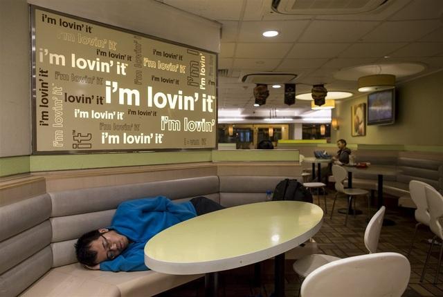 Một người chọn McDonald là nơi ngủ qua đêm.(Ảnh: Reuters)