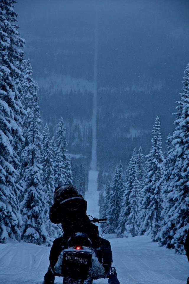 Bạn có nhìn thấy đường vạch trắng phủ đầy tuyết phía trước? Đó là biên giới giữa Na Uy và Thụy Điển.