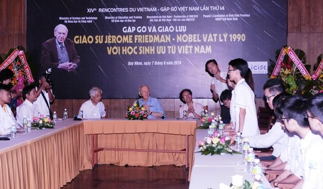 GS. Jerome Friendman đạt giải Nobel Vật lý năm 1990 và GS. Đàm Thanh Sơn giao lưu với các học sinh xuất sắc của Việt Nam.