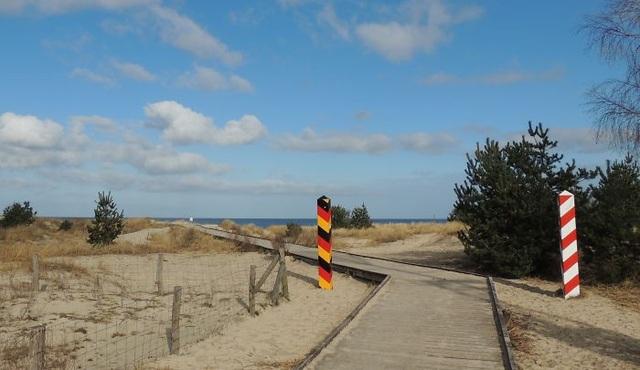Biên giới giữa Đức và Ba Lan có các cột mốc đặt ở bãi biển Usedom.