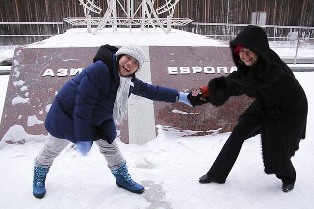 Du khách thích thú khi đứng giữa đường phân tách lãnh thổ châu Á và châu Âu ở Nga.