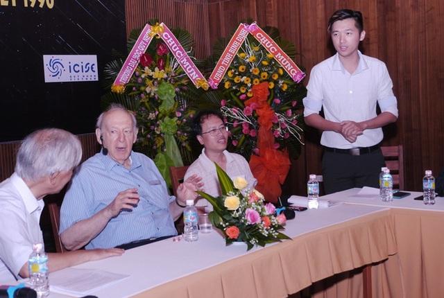 GS. Đàm Thanh Sơn (ngồi đầu từ phải qua) trong buổi giao lưu với những học sinh ưu tú nhất Việt Nam từng đạt giải các kỳ thi Olympic quốc tế tại TP Quy Nhơn (Bình Định) mới đây.