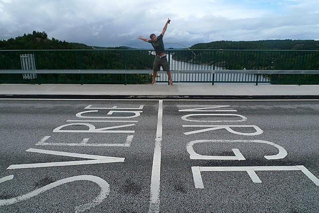 Đây là điểm đến được nhiều du khách thích chụp hình nhất khi họ được đứng trên vùng đất của 2 quốc gia cùng lúc: Thụy Điển và Na Uy.