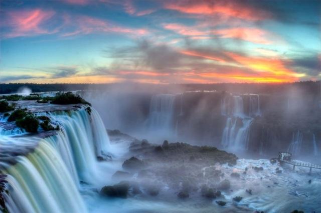 Đây là thác nước Iguazu hùng vỹ nổi tiếng, đồng thời là đường biên của hai quốc gia Argentina và Brazil.