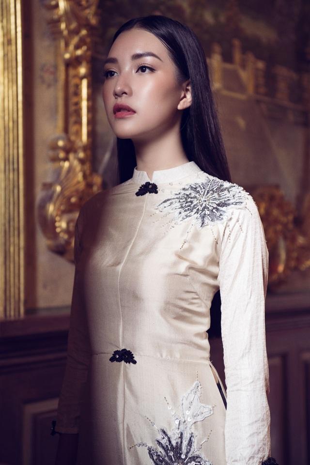 Mới đây, Ngọc Trân tung bộ ảnh mới. Nàng thơ xứ Huế khoe vẻ đẹp sang trọng, quyền lực nhưng cũng dịu dàng trong loạt áo dài truyền thống.