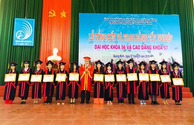 PGS.TS. Hoàng Dương Hùng trao giấy khen và bằng tốt nghiệp cho các em sinh viên đạt tốt nghiệp loạt xuât sắc