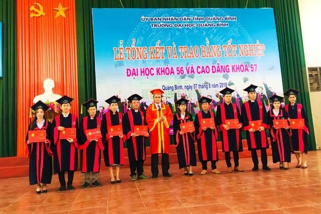 Cũng trong dịp này, Trường ĐH Quảng Bình đã trao bằng tốt nghiệp cho 25 bạn sinh viên Lào
