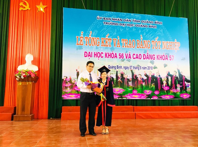 Em Lê Thị Diễm Phương, SV ngành Luật, tốt nghiệp thủ khoa ngành Luật, đại diện cho gần 1.000 SV nhận bằng tốt nghiệp hôm nay tặng bó hoa tươi thắm đến lãnh đạo nhà trường