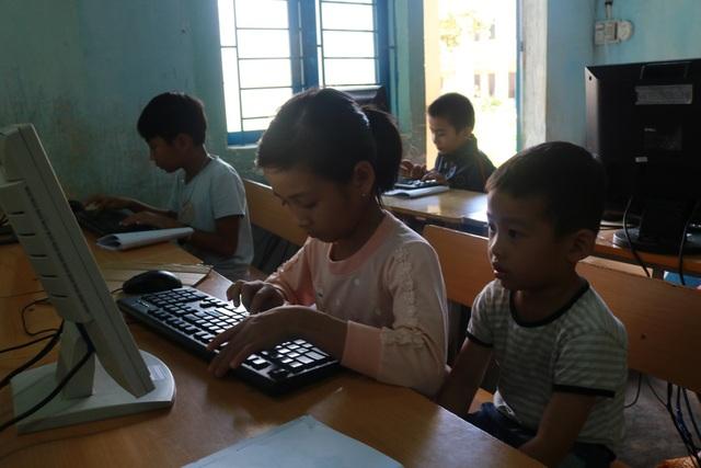 Học sinh dân tộc thiểu số tại Đắk Som làm quen với máy tính.
