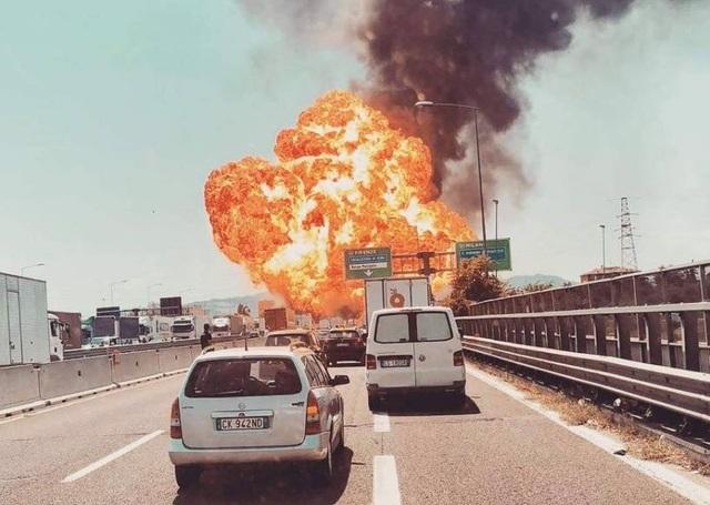 Xe bồn phát nổ sau khi va chạm xe tải trên cao tốc ở Bologna, Italy. (Ảnh: Twitter)