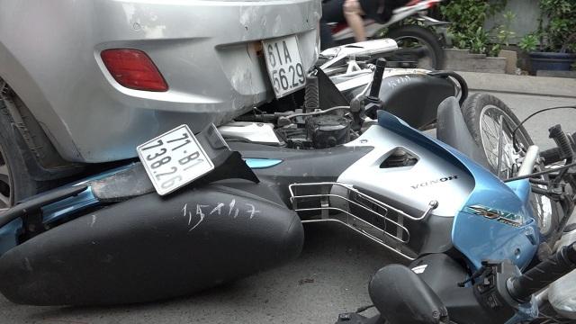 Nhiều xe bị cuốn vào gầm ô tô