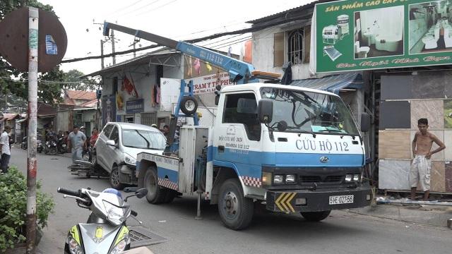 Cảnh sát điều xe cẩu di chuyển ô tô rời khỏi hiện trường