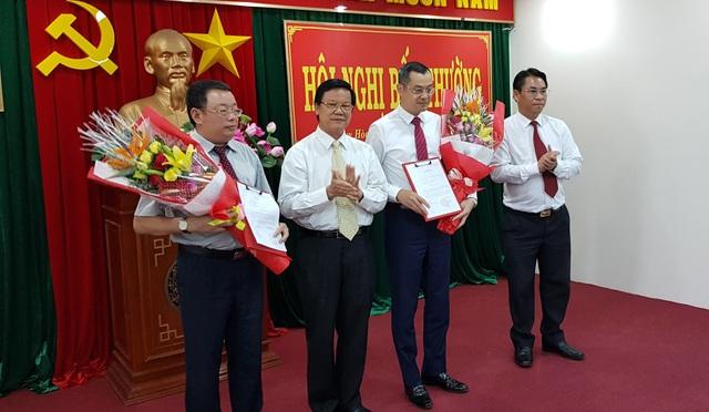 Ông Hà Ban, Ủy viên BCH Trung ương Đảng, Phó Ban Tổ chức Trung ương trao Quyết định của Ban Bí thư cho ông Hoàng Văn Trà và ông Phạm Đại Dương
