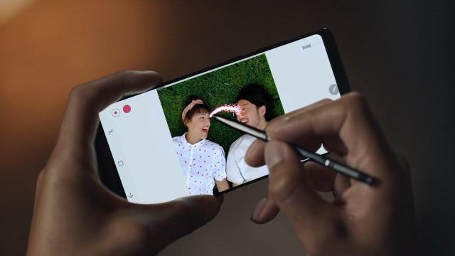 Xu hướng xã hội thay đổi kéo theo cuộc rượt đuổi của các hãng công nghệ lớn nhỏ với hàng loạt mẫu smartphone mới ra đời.