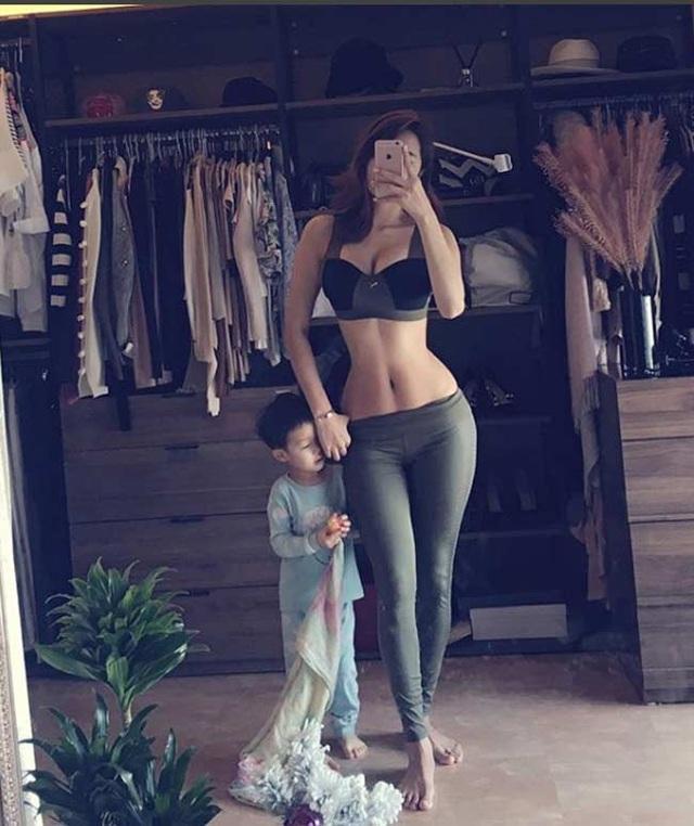 Cô cũng thường hướng dẫn phụ nữ tập các bài đơn giản nếu không đến được phòng gym. Chẳng hạn như bài tập cùng chai nước.
