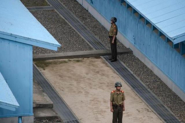 Quân nhân Triều Tiên đứng gác ở khu vực biên giới liên Triều. (Ảnh: AFP)