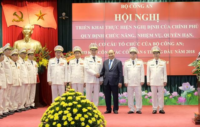 Thủ tướng Nguyễn Xuân Phúc và lãnh đạo Bộ Công an tại Hội nghị triển khai nghị định của Chính phủ về chức năng nhiệm vụ của Bộ Công an (ảnh: VGP)