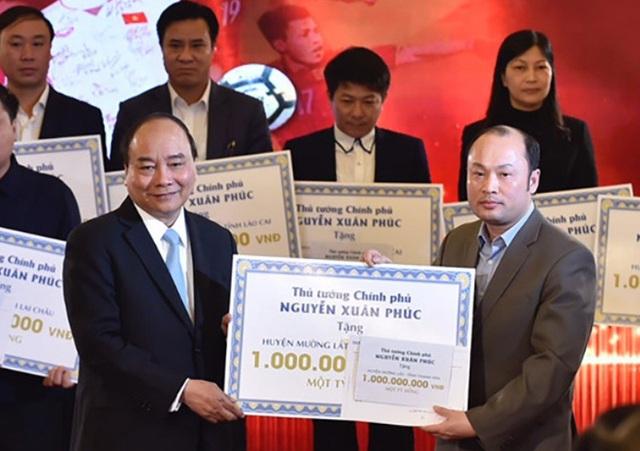 Ông Cao Văn Cường, Chủ tịch UBND huyện Mường Lát đón nhận món quà của Thủ tướng Chính phủ Nguyễn Xuân Phúc