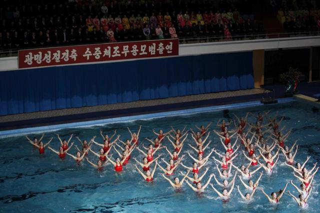 Người dân Triều Tiên xem màn đồng diễn bơi lội được tổ chức nhân kỷ niệm ngày sinh của cố lãnh đạo Kim Jong-il ở Bình Nhưỡng. (Ảnh: Jon Chol Jin)