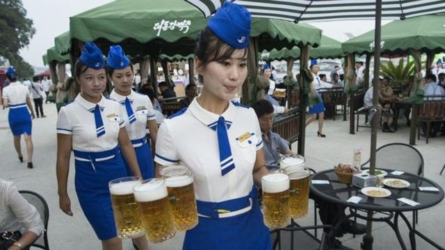 Những cô gái phục vụ tại lễ hội bia ở Triều Tiên. (Ảnh: AFP)