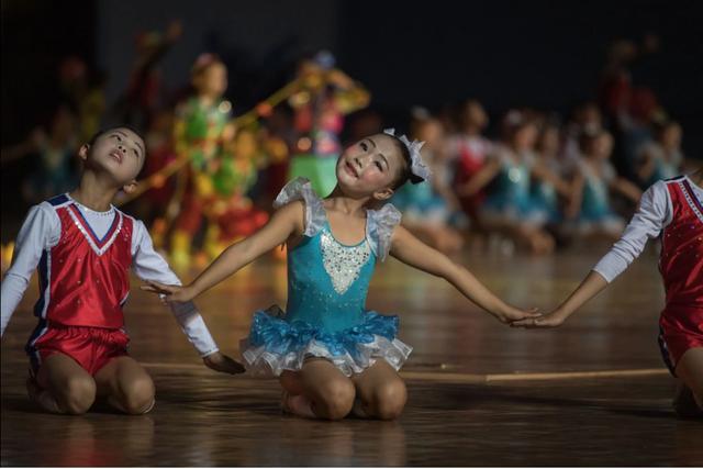 Các em nhỏ biểu diễn trong Giải Vô địch Taekwondo Thế giới ITF tại Bình Nhưỡng. (Ảnh: AFP)