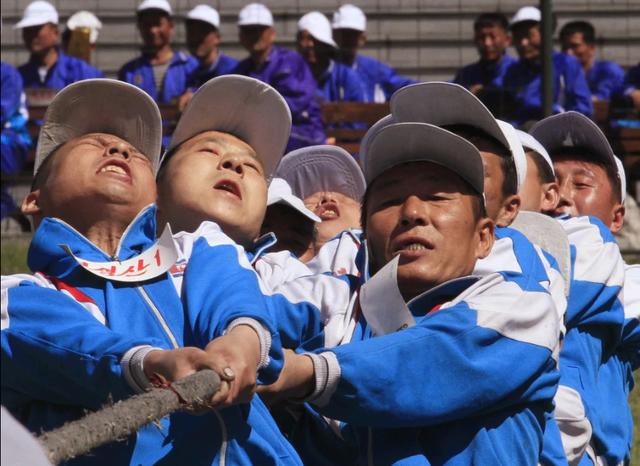 Các công nhân Triều Tiên thi kéo co tại sự kiện kỷ niệm ngày Quốc tế Lao động tại Nhà máy Nhiệt điện Bình Nhưỡng (Ảnh: Jon Chol Jin)