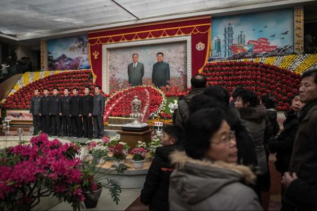 Người dân xếp hàng chờ chụp ảnh tại triển lãm hoa ở Bình Nhưỡng. Đây là sự kiện được tổ chức để kỷ niệm ngày sinh của cố lãnh đạo Kim Jong-il (Ảnh: AFP)