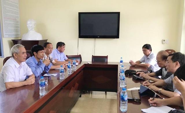 Lãnh đạo huyện Vân Đồn, xã Đoàn Kết (trái) làm việc với báo chí tại trụ sở UBND xã