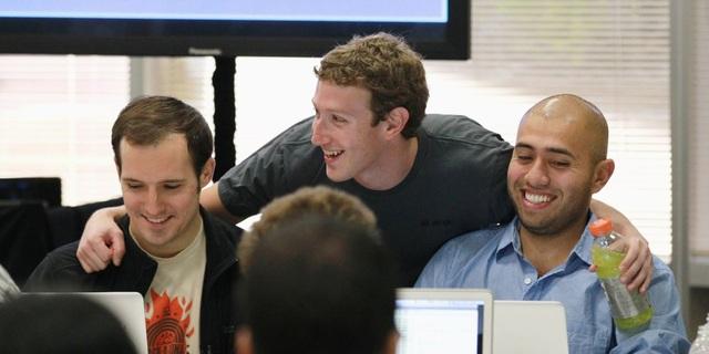 CEO Mark Zuckerberg cùng các nhân viên tại Facebook.