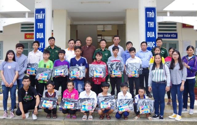 Đoàn công tác tặng 160 phần quà cho các em học sinh có hoàn cảnh đặc biệt khó khăn ở xã biên giới huyện Tân Hồng, Đồng Tháp