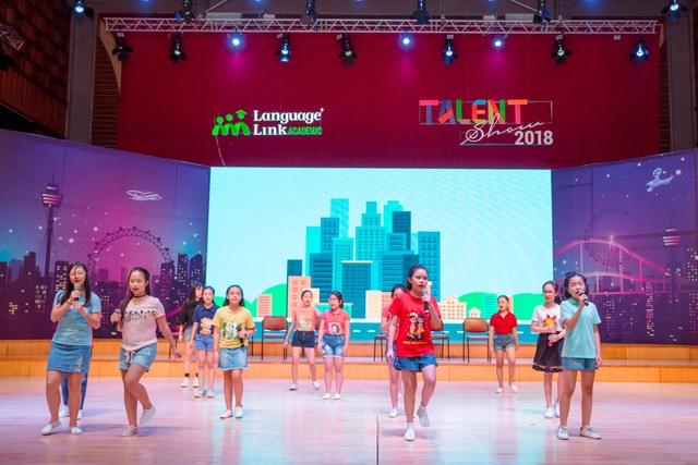 """Hơn 60 bạn nhỏ tỏa sáng trong đại nhạc hội Anh ngữ """"Talent show"""" - 1"""