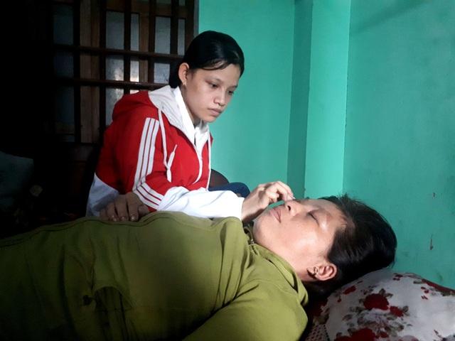Những ngày chưa vào TPHCM nhập học, Thủy tận tình chăm sóc mẹ.