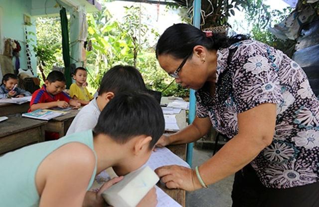Lớp học miễn phí hơn 25 năm qua của cô giáo Thanh. Học trò đến đây không cần đóng học phí mà còn được cô hỗ trợ bút viết hay ăn uống bằng tiền lương hưu của mình
