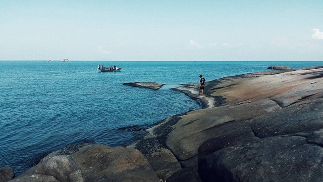 Những bãi đá hùng vĩ và thơ mộng, những rặng dừa phủ bóng bên bãi cát vàng với làn nước biển trong xanh, yên tĩnh là nơi lý tưởng để níu chân những lãng du khó tính. Ảnh@lytieuhoa