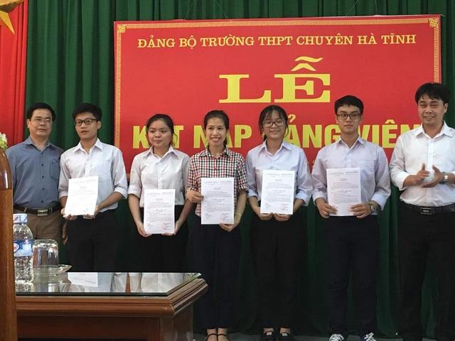 Không chỉ học giỏi Lộc còn là một cán bộ lớp năng động. Với thành tích của mình, Lộc đã được kết nạp Đảng ngay tại trường.