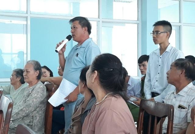 Cử tri Huỳnh Tấn Minh nói lên bức xúc tại buổi tiếp xúc cử tri.