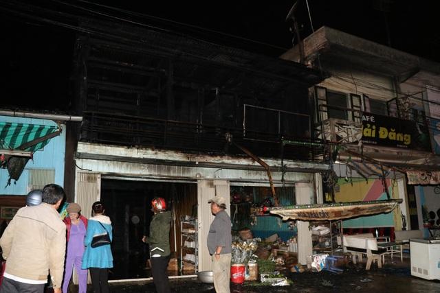 Do làm bằng những vật liệu dễ cháy nên ngọn lửa đã thiêu rụi hoàn toàn 2 căn nhà