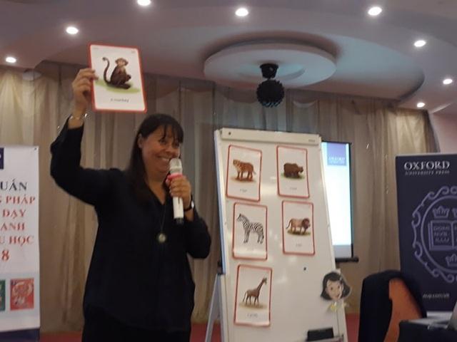 Cô Chloe Elizabeth Fotescue, giảng viên Trường Đại học Oxford đưa ra nhiều phương pháp mới trong dạy học tiếng Anh.