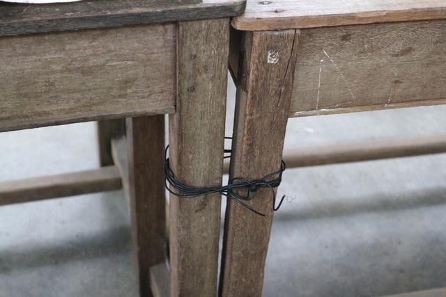 Chiếc bảng đen cũ kỹ, bàn ghế xiêu vẹo được cô cột vào lại với nhau để khỏi nghiêng ngả. Cô không mong gì hơn là học trò của mình có được bàn, ghế tốt hơn để ngồi yên tâm học.