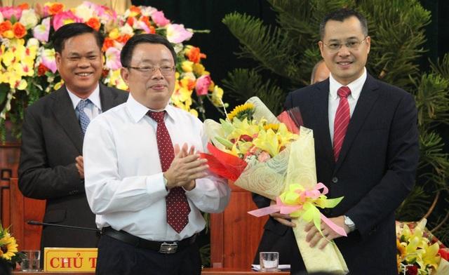 Người tiền nhiệm Hoàng Văn Trà tặng hoa chúc mừng tân Chủ tịch tỉnh.