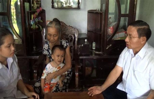 Bí thư Tỉnh ủy hỏi han, động viên và căn dặn 4 chị em Thương cố gắng vượt qua khó khăn, đặc biệt phải học tập thật tốt.