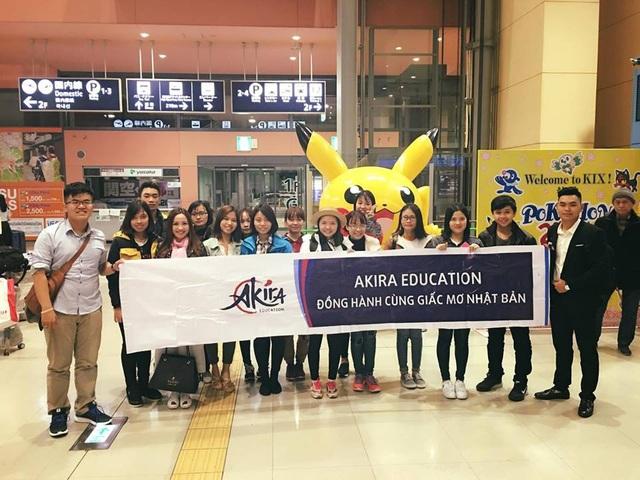 Đại diện Akira tại Nhật đón đoàn du học sinh tại sân bay Kansai.