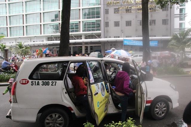 Xe taxi đón, trả khách trước cổng bệnh viện Nhi đồng 2