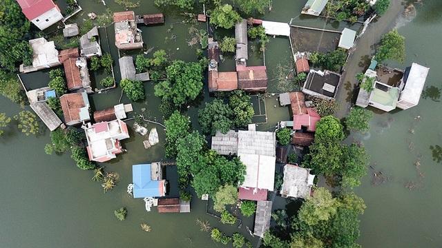 Về cơ bản nước đã rút, nhưng nhiều nhà trong xã Nam Phương Tiến vẫn ngập trong nước.
