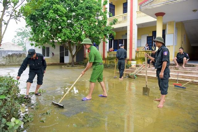 Cảnh sát cơ động và công an huyện Chương mỹ đang tham gia dọn dẹp vệ sinh trạm y tá xã Nam Phương Tiên