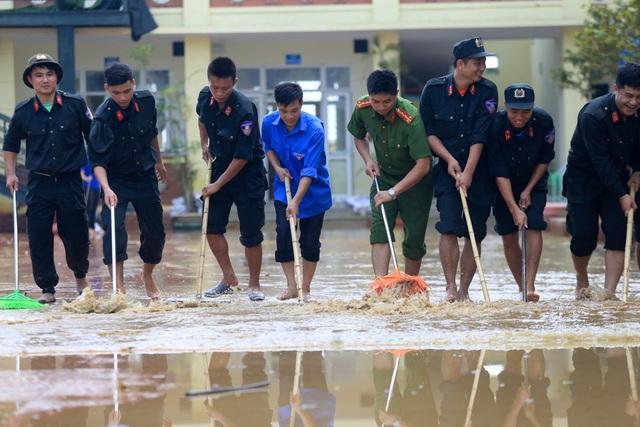 Lực lượng cảnh sát cơ động,cảnh sát PCCC cùng công an huyện Chương mỹ đã tập chung từ 7 giờ sáng để dọn dẹp từ Ủy ban nhân dân huyện, trường học, tới trạm y tế ...