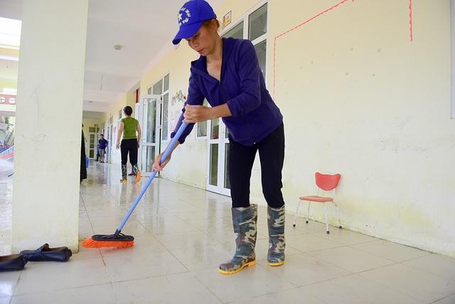 Từ trong lớp tới ngoài hiên được dọn vệ sinh sạch sẽ chuẩn bị đón các em đến học lại.