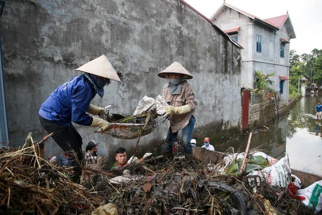 Người dân cùng nhau dọn dẹp đường làng ngõ xóm.